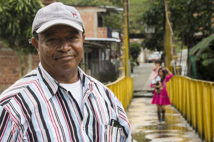 Jesús Castillo en un puente sobre el río San Juan. El profesor ha sido un líder y referente importante para su comunidad.